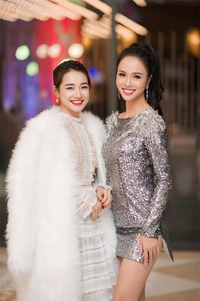 Thật nể Diễm Hương khi trời Hà Nội lạnh dưới 10 độ, mà vẫn mặc váy mỏng tang xuyên thấu đi dự sự kiện - Ảnh 8.