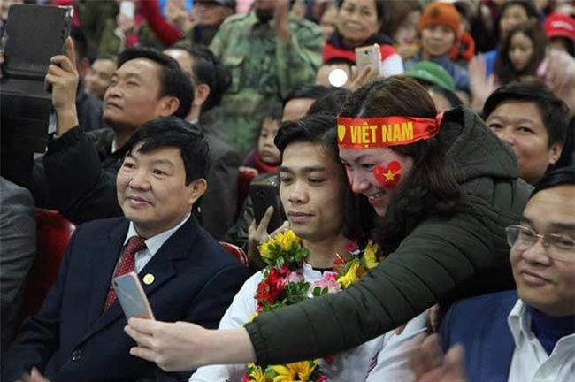 cong phuong – u23 vn ve que: ca lang vay kin, tat bat tiep khach - 4