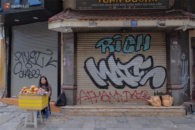Chùm ảnh: Nhiều hộ dân phố cổ bức xúc khi chỉ sau một đêm, cửa nhà mình bị bôi bẩn bởi hình vẽ xấu xí - Ảnh 10.