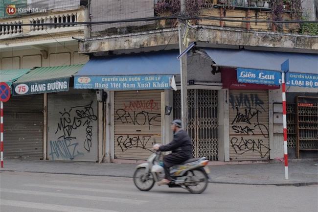 Chùm ảnh: Nhiều hộ dân phố cổ bức xúc khi chỉ sau một đêm, cửa nhà mình bị bôi bẩn bởi hình vẽ xấu xí - Ảnh 11.