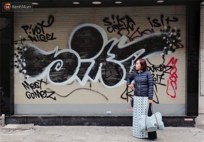 Chùm ảnh: Nhiều hộ dân phố cổ bức xúc khi chỉ sau một đêm, cửa nhà mình bị bôi bẩn bởi hình vẽ xấu xí - Ảnh 12.