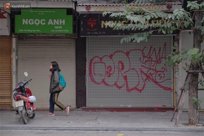 Chùm ảnh: Nhiều hộ dân phố cổ bức xúc khi chỉ sau một đêm, cửa nhà mình bị bôi bẩn bởi hình vẽ xấu xí - Ảnh 13.