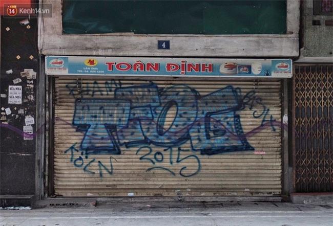 Chùm ảnh: Nhiều hộ dân phố cổ bức xúc khi chỉ sau một đêm, cửa nhà mình bị bôi bẩn bởi hình vẽ xấu xí - Ảnh 14.