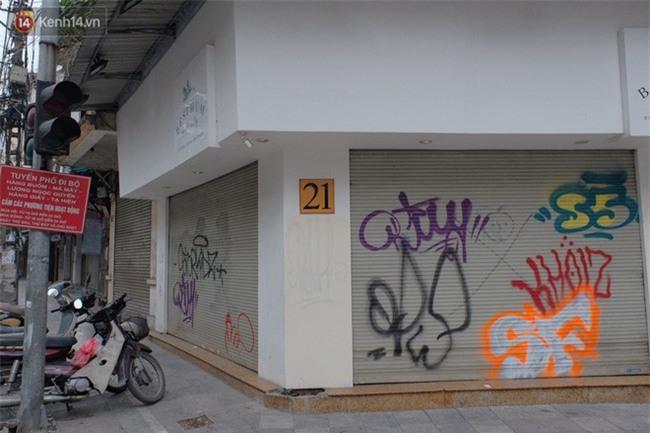 Chùm ảnh: Nhiều hộ dân phố cổ bức xúc khi chỉ sau một đêm, cửa nhà mình bị bôi bẩn bởi hình vẽ xấu xí - Ảnh 15.