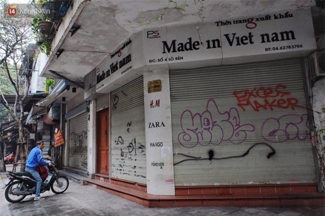 Chùm ảnh: Nhiều hộ dân phố cổ bức xúc khi chỉ sau một đêm, cửa nhà mình bị bôi bẩn bởi hình vẽ xấu xí - Ảnh 16.