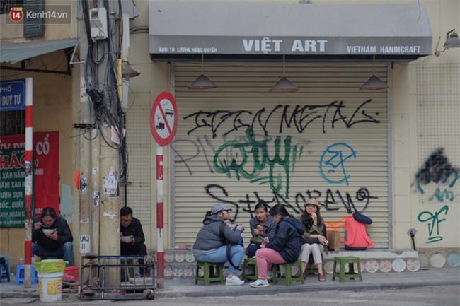 Chùm ảnh: Nhiều hộ dân phố cổ bức xúc khi chỉ sau một đêm, cửa nhà mình bị bôi bẩn bởi hình vẽ xấu xí - Ảnh 2.