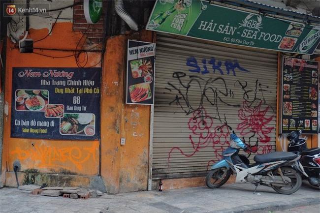 Chùm ảnh: Nhiều hộ dân phố cổ bức xúc khi chỉ sau một đêm, cửa nhà mình bị bôi bẩn bởi hình vẽ xấu xí - Ảnh 3.