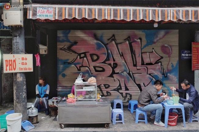 Chùm ảnh: Nhiều hộ dân phố cổ bức xúc khi chỉ sau một đêm, cửa nhà mình bị bôi bẩn bởi hình vẽ xấu xí - Ảnh 5.