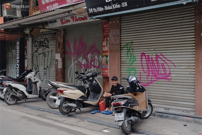 Chùm ảnh: Nhiều hộ dân phố cổ bức xúc khi chỉ sau một đêm, cửa nhà mình bị bôi bẩn bởi hình vẽ xấu xí - Ảnh 6.