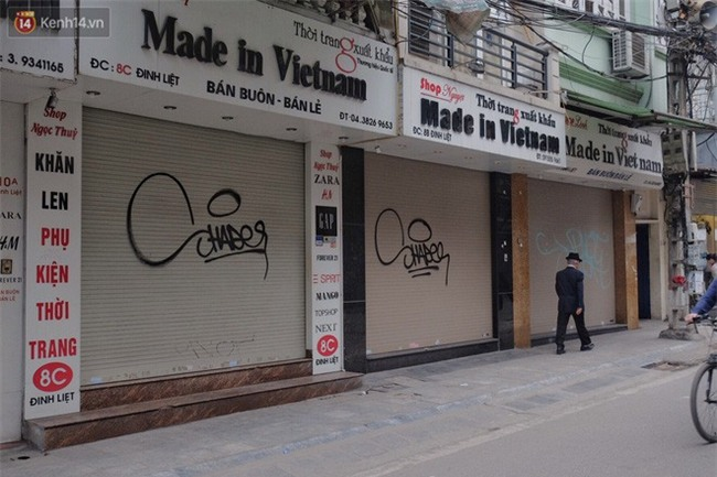 Chùm ảnh: Nhiều hộ dân phố cổ bức xúc khi chỉ sau một đêm, cửa nhà mình bị bôi bẩn bởi hình vẽ xấu xí - Ảnh 7.