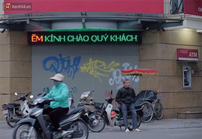 Chùm ảnh: Nhiều hộ dân phố cổ bức xúc khi chỉ sau một đêm, cửa nhà mình bị bôi bẩn bởi hình vẽ xấu xí - Ảnh 9.