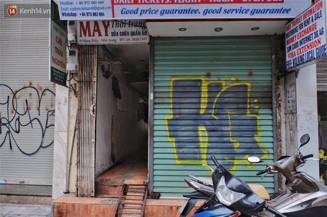 Chùm ảnh: Nhiều hộ dân phố cổ bức xúc khi chỉ sau một đêm, cửa nhà mình bị bôi bẩn bởi hình vẽ xấu xí - Ảnh 18.