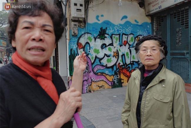 Chùm ảnh: Nhiều hộ dân phố cổ bức xúc khi chỉ sau một đêm, cửa nhà mình bị bôi bẩn bởi hình vẽ xấu xí - Ảnh 20.