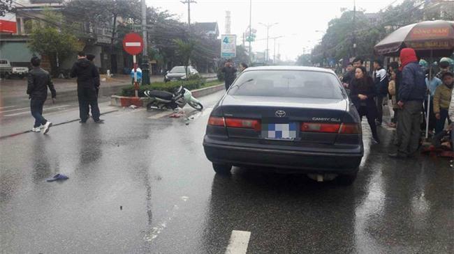 Ô tô biển xanh va chạm với xe máy, một phụ nữ bị hất văng hơn chục mét - Ảnh 1.