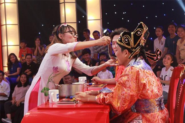 Thách thức danh hài: 2 cô gái rao bánh pía phong cách mẹ thiên hạ khiến Trấn Thành không thể nhịn cười - Ảnh 10.