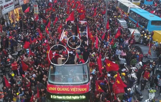 Clip: Hoá ra đi xe buýt diễu hành từ sân bay Nội Bài, các cầu thủ U23 đã tranh thủ ăn pizza chống đói vui như này - Ảnh 2.