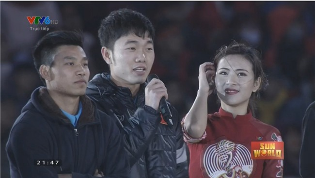Clip: Hoá ra đi xe buýt diễu hành từ sân bay Nội Bài, các cầu thủ U23 đã tranh thủ ăn pizza chống đói vui như này - Ảnh 3.