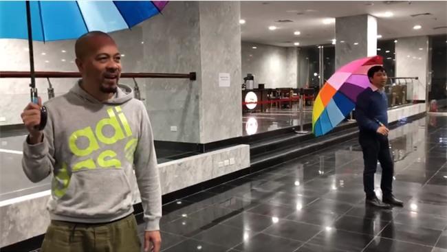 Hài hước clip hậu trường Táo Quân 2018: Đạo diễn ra tập dượt, diễn viên thì ngồi ăn cười đùa  - Ảnh 2.