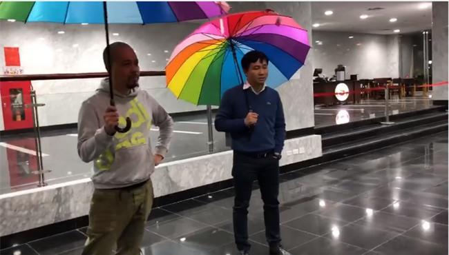 Hài hước clip hậu trường Táo Quân 2018: Đạo diễn ra tập dượt, diễn viên thì ngồi ăn cười đùa  - Ảnh 4.