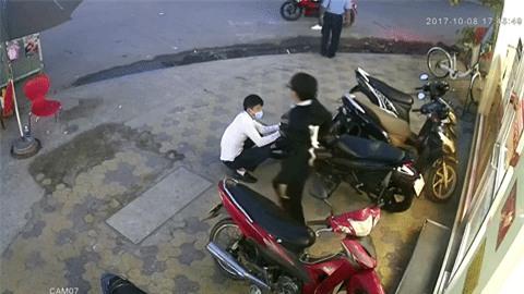 Clip: Nam thanh niên dàn cảnh trộm xe táo tợn ngay trước mặt bảo vệ cửa hàng tiện lợi ở Sài Gòn - Ảnh 3.