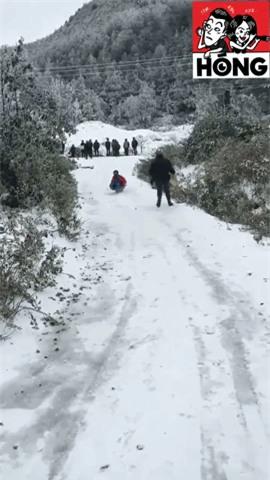 Clip: Tuyết phủ trắng Sa Pa đẹp như Hàn Quốc, nhiều bạn trẻ thích thú chơi trượt tuyết - Ảnh 2.