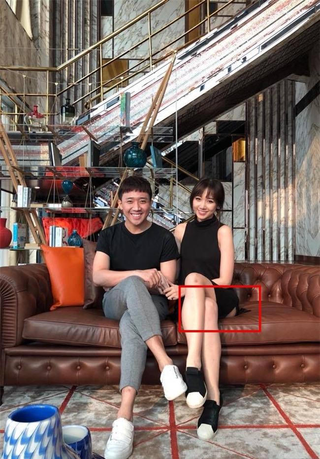 Hari Won bị soi ngồi hớ hênh, để lộ vòng 3 khi mặc đồ ngắn cũn - Ảnh 3.
