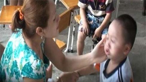 Rung lắc mạnh, tát con có thể khiến trẻ bị mù mắt, giảm thị lực vĩnh viễn