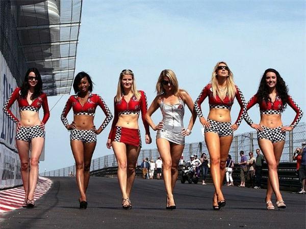 Không phải là nội dung chính, nhưng các người mẫu ăn mặc kiệm vải lâu nay đã được coi là một phần không thể thiếu tại các giải đua xe nói chung và F1 nói riêng.
