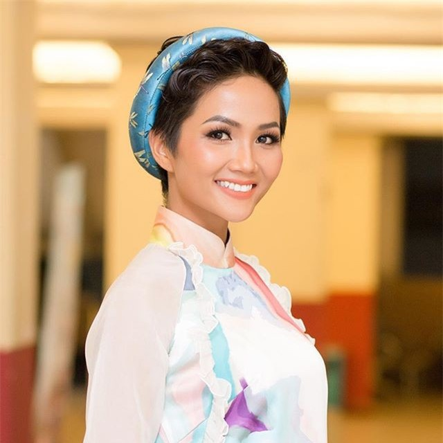 Hoa hậu HHen Niê ơi, cứ tóc ngắn thôi đừng để tóc dài và trang điểm đậm như này nhé! - Ảnh 2.