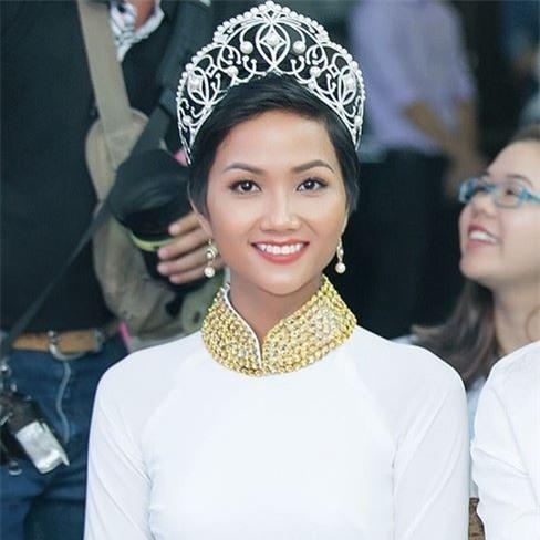 Hoa hậu HHen Niê ơi, cứ tóc ngắn thôi đừng để tóc dài và trang điểm đậm như này nhé! - Ảnh 3.
