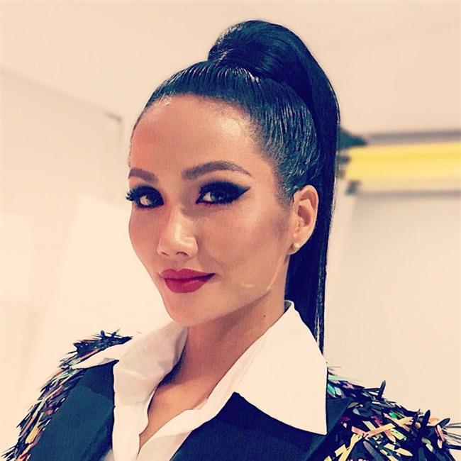 Hoa hậu HHen Niê ơi, cứ tóc ngắn thôi đừng để tóc dài và trang điểm đậm như này nhé! - Ảnh 4.