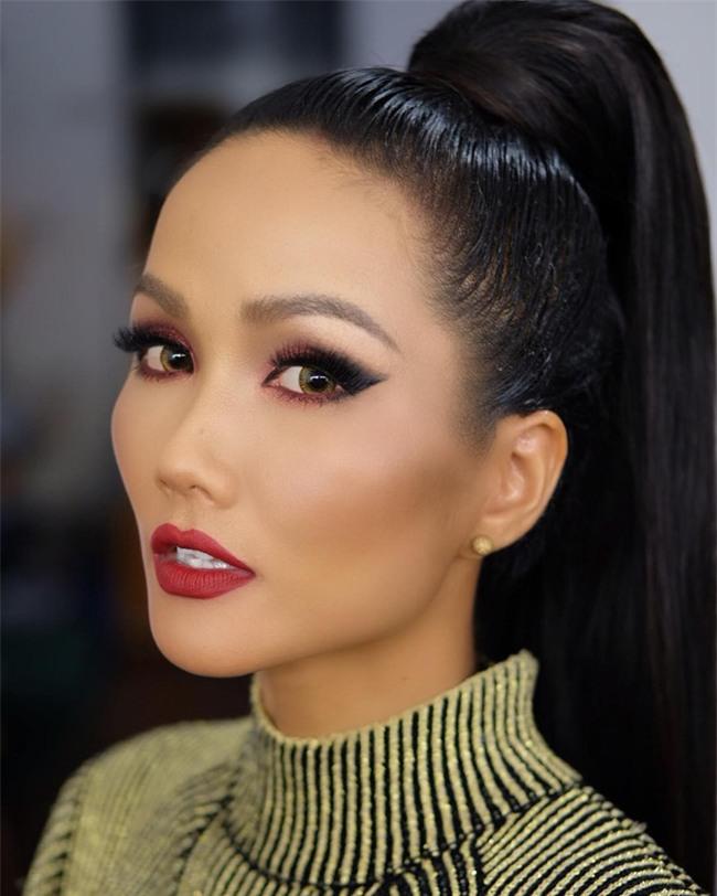 Hoa hậu HHen Niê ơi, cứ tóc ngắn thôi đừng để tóc dài và trang điểm đậm như này nhé! - Ảnh 5.