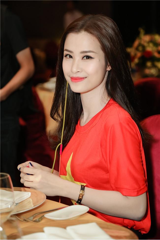 Đông Nhi hào hứng hội ngộ HLV Park Hang Seo và cầu thủ Quang Hải tại sự kiện chào mừng - Ảnh 4.