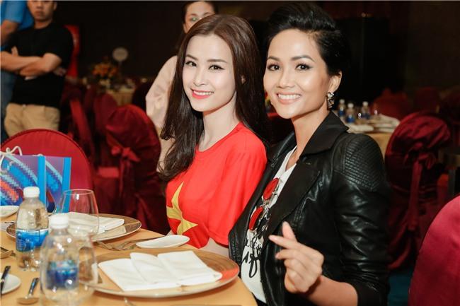 Đông Nhi hào hứng hội ngộ HLV Park Hang Seo và cầu thủ Quang Hải tại sự kiện chào mừng - Ảnh 5.