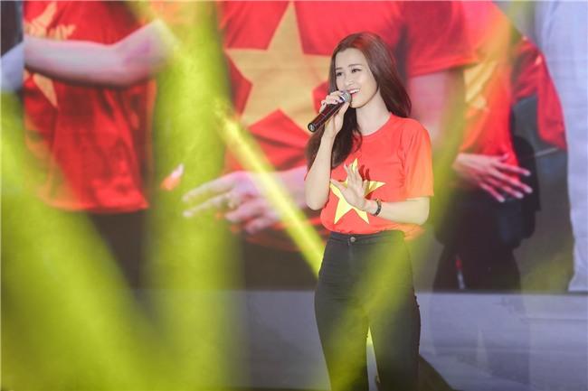 Đông Nhi hào hứng hội ngộ HLV Park Hang Seo và cầu thủ Quang Hải tại sự kiện chào mừng - Ảnh 9.