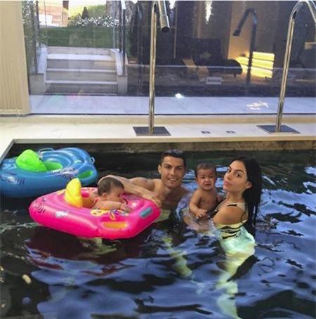 C.Ronaldo vừa vui mừng khoe ảnh tại hồ bơi