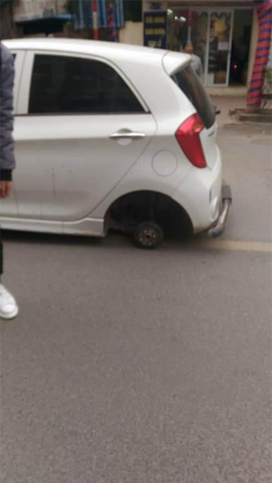 Xe ô tô đang đi thì rụng mất 1 bánh còn 3 - Ảnh 1.