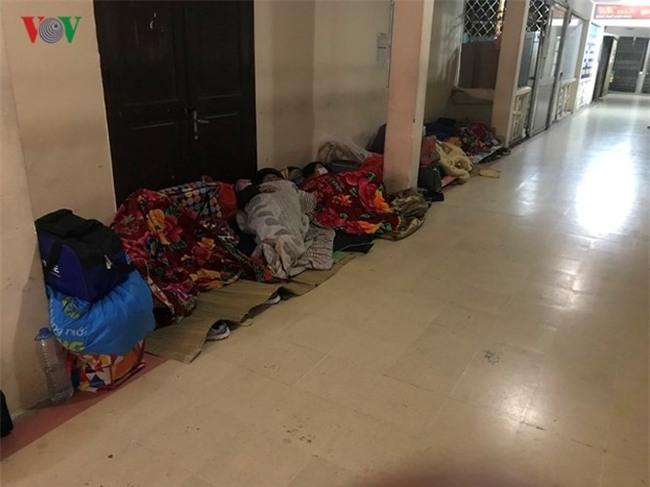 Xót xa cảnh người nhà bệnh nhân nằm co ro trong giá rét ở bệnh viện - Ảnh 10.