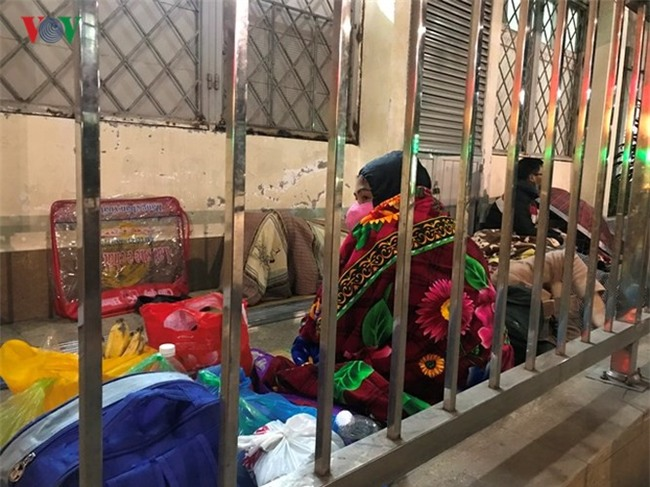 Xót xa cảnh người nhà bệnh nhân nằm co ro trong giá rét ở bệnh viện - Ảnh 11.