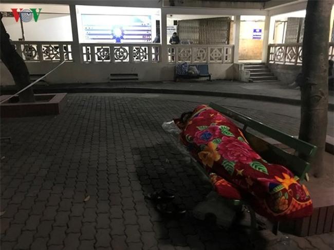 Xót xa cảnh người nhà bệnh nhân nằm co ro trong giá rét ở bệnh viện - Ảnh 4.