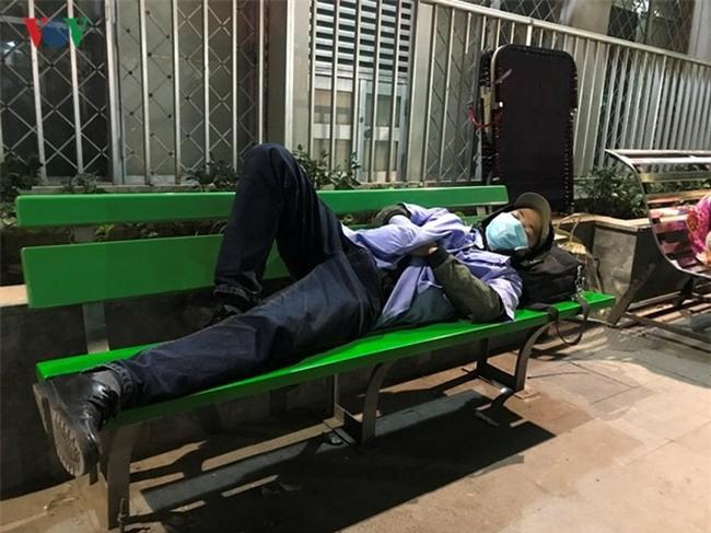 Xót xa cảnh người nhà bệnh nhân nằm co ro trong giá rét ở bệnh viện - Ảnh 7.