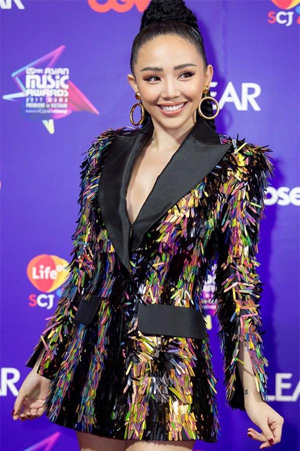 Để tóc dài trang điểm đậm đã không hợp, Hoa hậu HHen Niê còn thua Tóc Tiên trong khoản diện đồ khi mặc chung đồ - Ảnh 4.