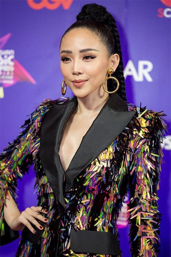 Để tóc dài trang điểm đậm đã không hợp, Hoa hậu HHen Niê còn thua Tóc Tiên trong khoản diện đồ khi mặc chung đồ - Ảnh 7.