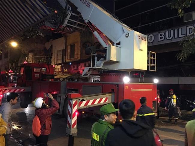 Hà Nội: Cháy nhà hàng, nhiều người đập cửa kính thoát khỏi đám cháy - Ảnh 1.