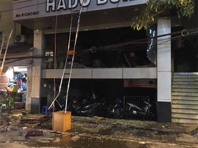 Hà Nội: Cháy nhà hàng, nhiều người đập cửa kính thoát khỏi đám cháy - Ảnh 2.