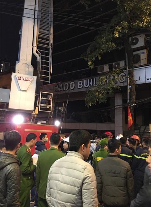 Hà Nội: Cháy nhà hàng, nhiều người đập cửa kính thoát khỏi đám cháy - Ảnh 3.