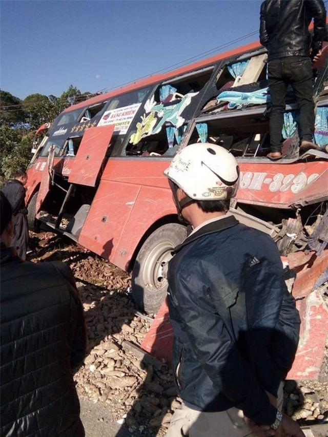 Hiện trường vụ tai nạn giữa xe khách và xe tải