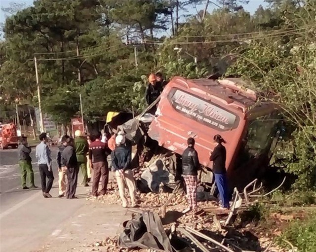 Hai xe hư hỏng nặng sau cú va chạm