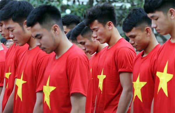 [CẬP NHẬT] Người hâm mộ reo hò khi đội tuyển U23 đến sân Thống Nhất