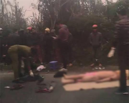 Hòa Bình: Va chạm với xe ô tô tải 2 người đi xe máy bị đứt lìa thân - Ảnh 1.
